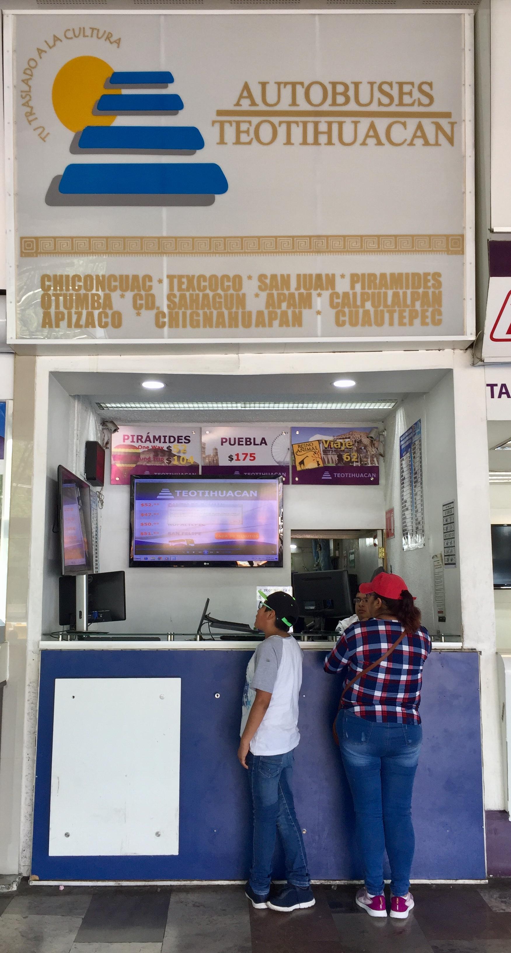 Il banco dove acquistare i biglietti della navetta per Teotihuacan